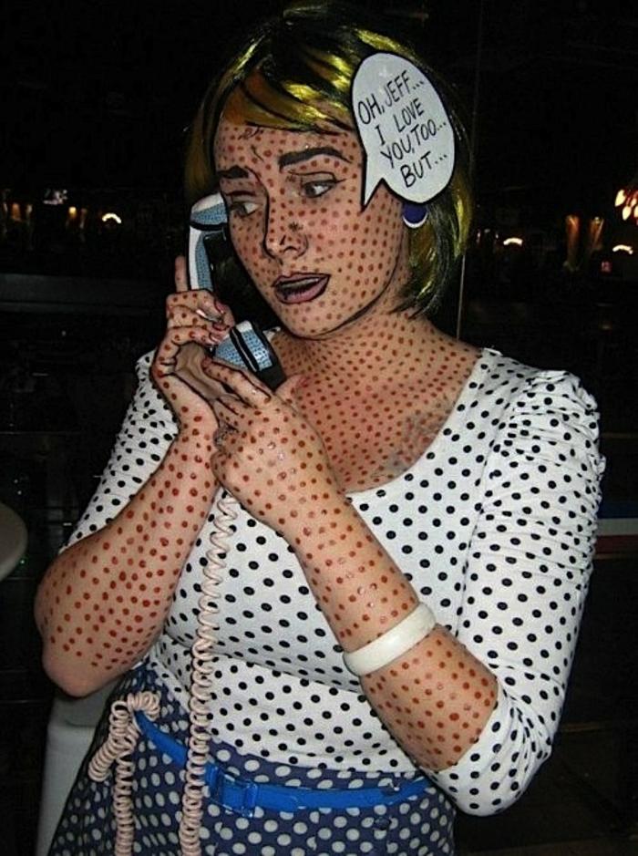 disfraces faciles de hacer, mujer disfrazada y maquillada hablando por teléfono, piel en puntos
