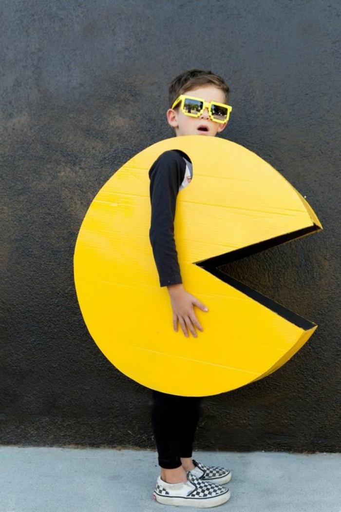 disfraces faciles de hacer, disfraz de emoticon para niños en amarillo y con gafas de sol