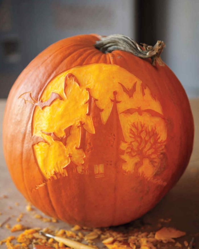 como hacer una calabaza de Halloween, calabaza color naranja pelada en forma de castillo