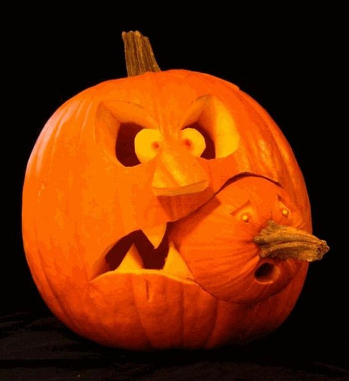 como hacer una calabaza de Halloween, calabaza tallada con otra calabaza entre los dientes