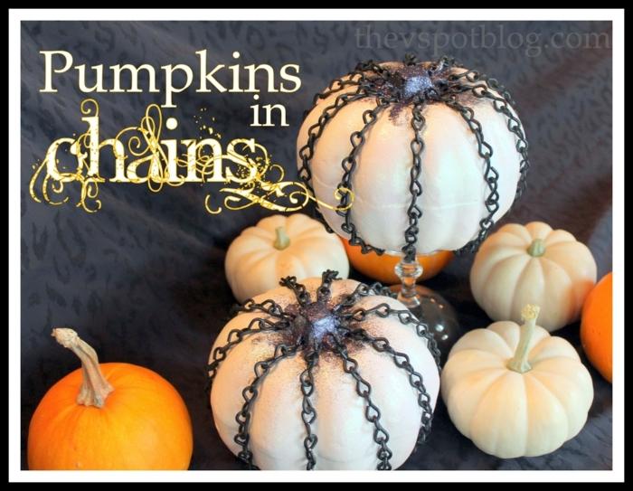 como hacer una calabaza de Halloween, calabazas blancas entre cadenas