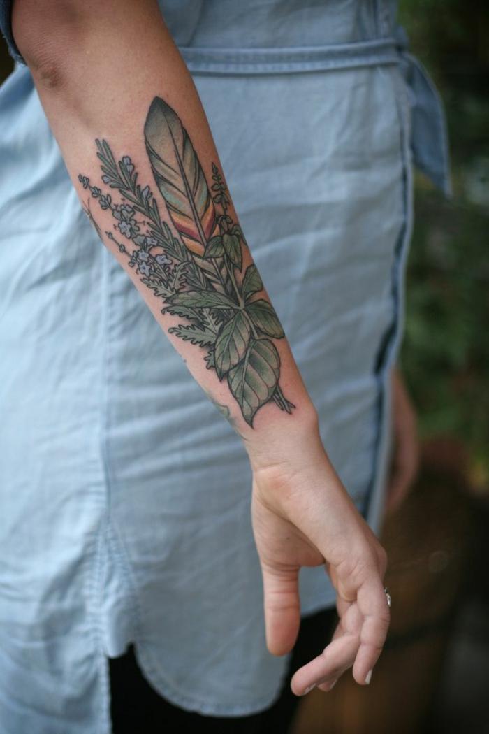 tatuajes en el brazo, mujer con tatuaje en el antebrazo, hojas de plantas verdes