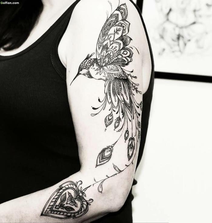 tatuajes en el brazo, tatuaje con colibri y corazon
