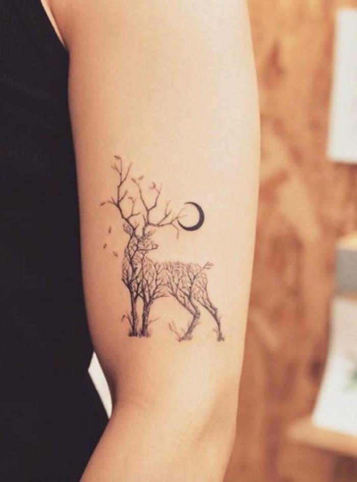 tatuajes antebrazo, tatuaje de mujer con ciervo de árboles y media luna