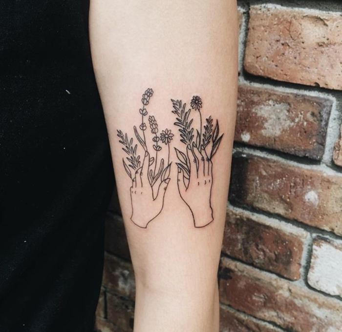 tatuajes antebrazo, manos con flores en brazo de mujer