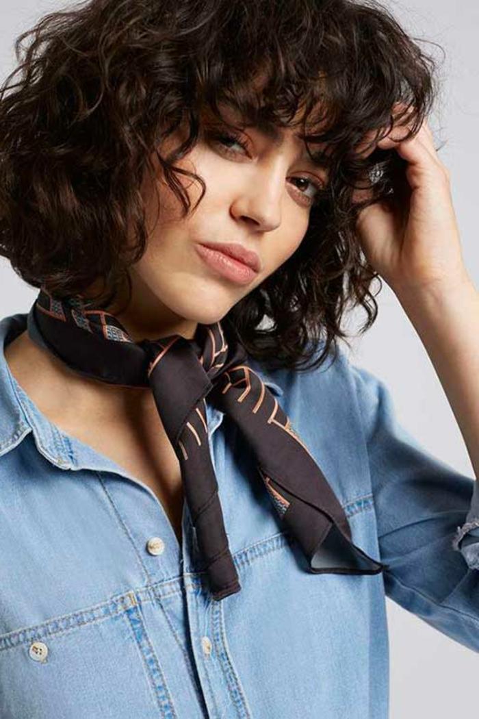 cortes pelo rizado, mujer con corte bob y flequillo regular, camisa de jeans y pañuelo