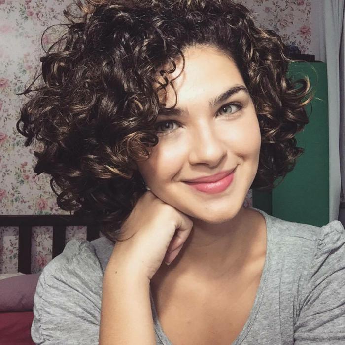 cortes pelo rizado, mujer con ojos verdes, cabello corto con raya al costado, corte bob