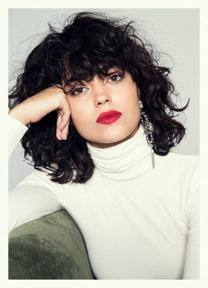 cortes pelo rizado, mujer con flequillo regular y labios rojos, corte bob rizado
