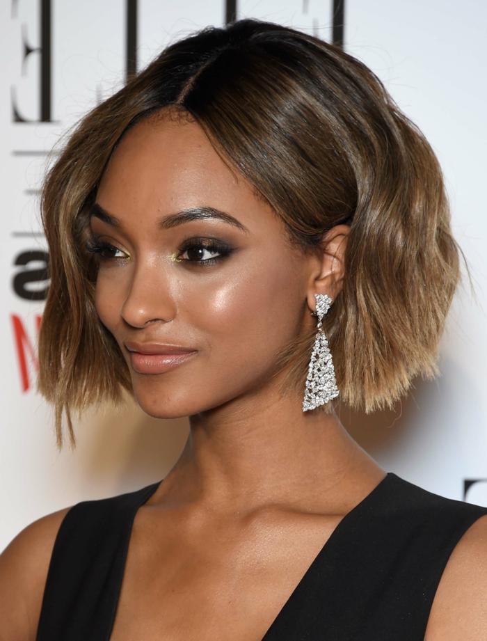 cortes de pelo mujer, mujer en perfil con corte bob, pelo ombre, raya en medio, pendientes brillantes