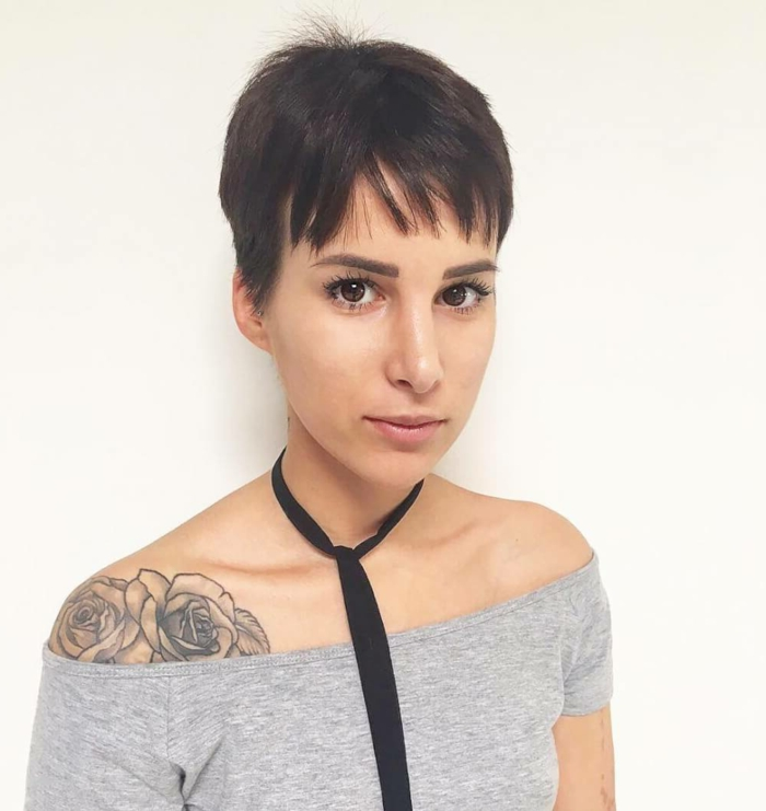 cortes de pelo corto mujer, mujer con tatuaje, pelo corto a lo garcon con flequillo corto