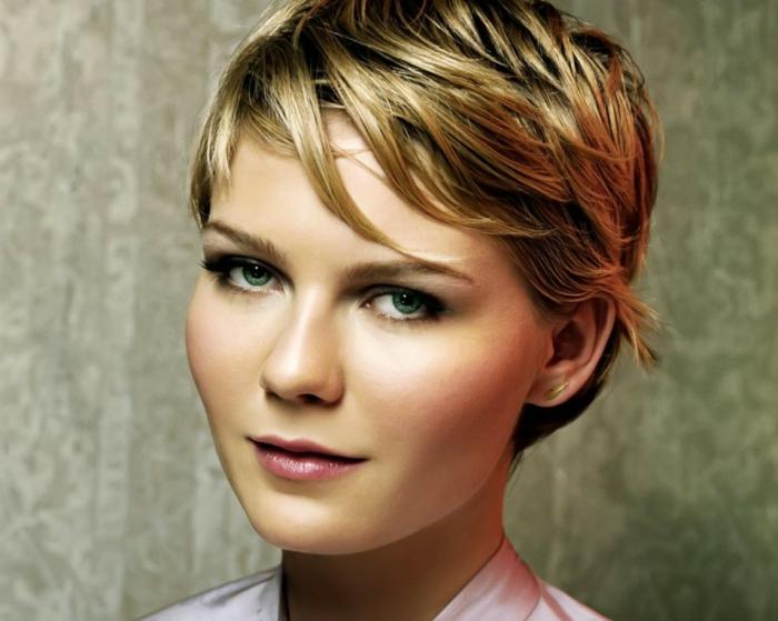 cortes de pelo corto, Kirsten Dunst con pelo corto estilo pixie, efecto humedo, flequillo ladeado