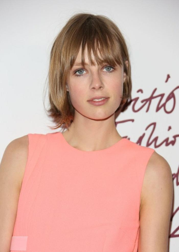 melenas cortas, mujer con vestido rosa, pelo rubio , corte estilo bob, flequillo largo recto