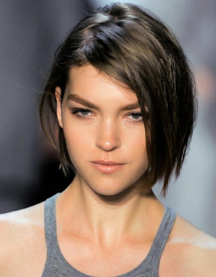 melenas cortas, mujer con pelo corto fino liso, corte bob, raya ladeada
