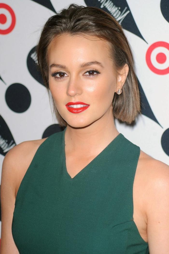 cortes de pelo corto, mujer en vestido verde, labios rojos, cabello corto peinado atras estilo bob