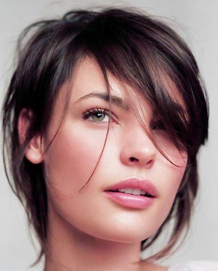 corte de pelo a capas, mujer con pelo corto, flequillo largo ladeado, ojos verdes