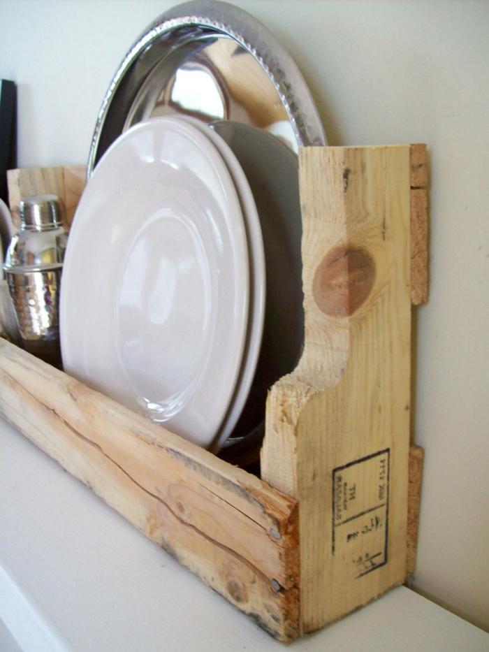 muebles hechos con palets, estantería de madera para cocina con coctelera y platos blancos