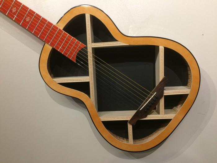 cosas hechas con palets, estantería de pared hecha con guitarra