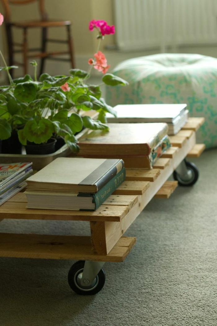 muebles con cajas de fruta, mesa auxiliar de palets con ruedas, alfombra y otomana, libros y flor