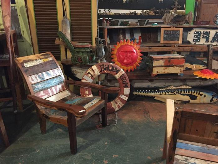muebles con palets, sillón de madera reciclada pintada, decoracion en forma de sol, salvavidas y pez