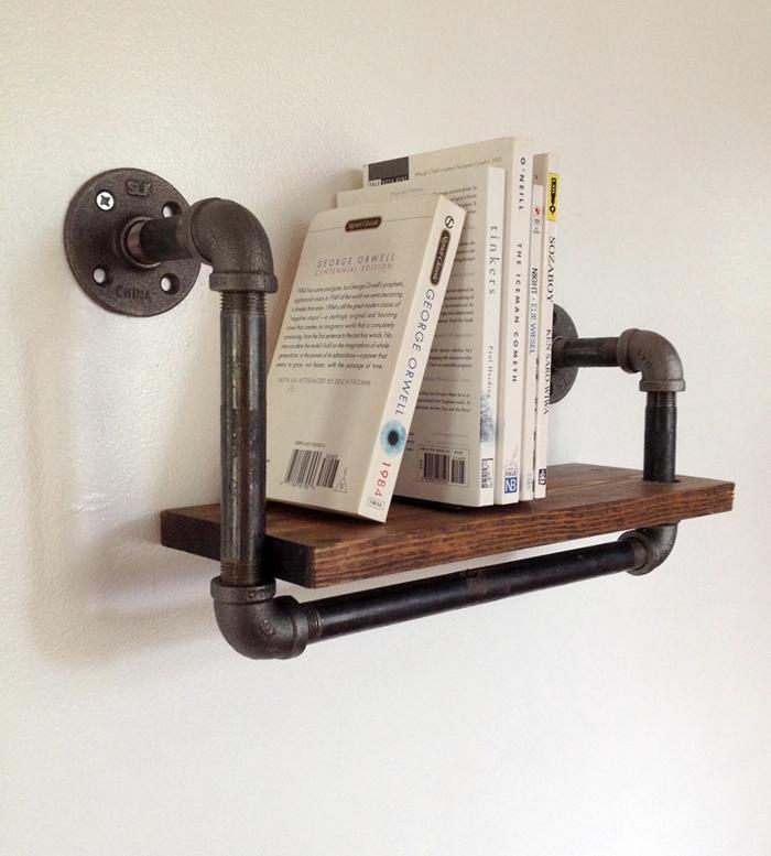 muebles con cajas de fruta, estante de pared, madera y tubo, libros blancos