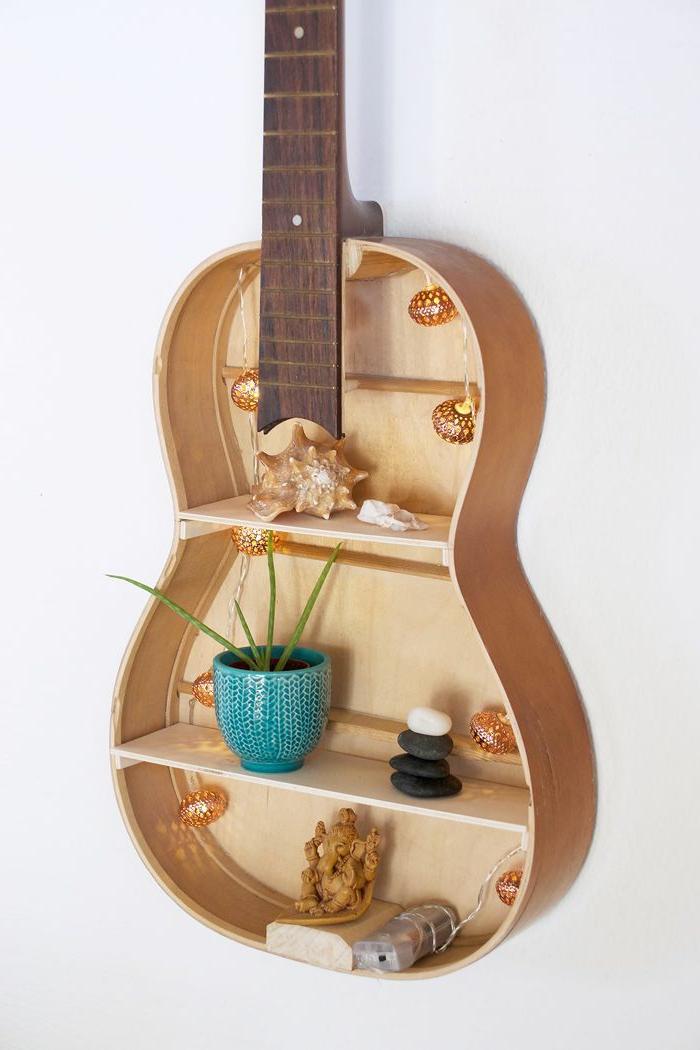 cosas hechas con palets, estantería decorativa de guitrarra con conchas y planta
