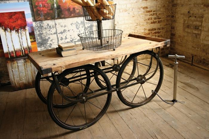 muebles hechos con palets, mesa de madera reciclada con llantas de bicicleta, canastas con pan, pared de ladrillo