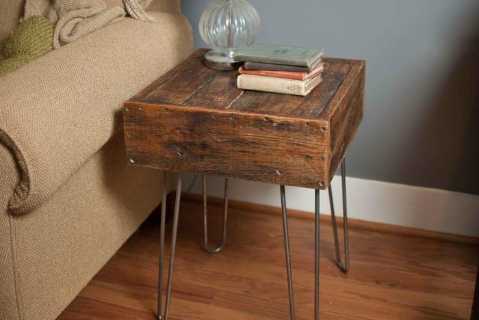 como hacer muebles con palets, mesita auxiliar cuadrada de palets con patas de metal
