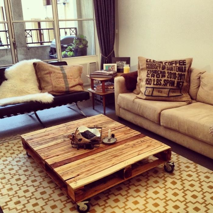 como hacer muebles con palets, mesa de café con ruedas de palets, sala de estar con ventanas, sofás y cojines