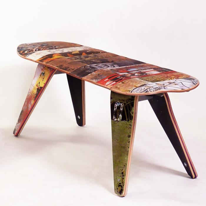 como hacer muebles con palets, banca hecha de tablas de monopatin de madera