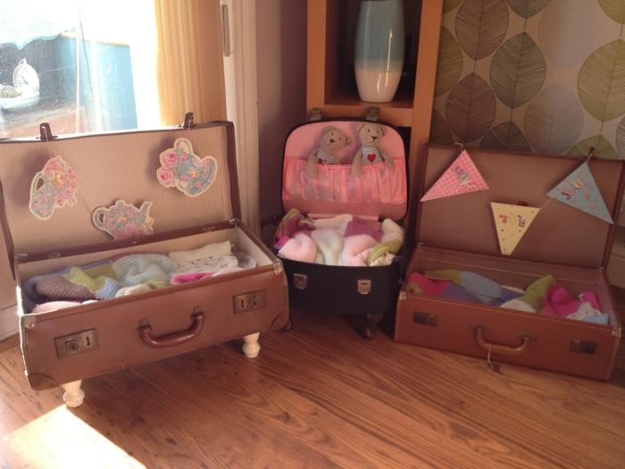 muebles reciclados, maletas vintage con patas para camas de mascotas, decoracion en rosa y azul con peluches