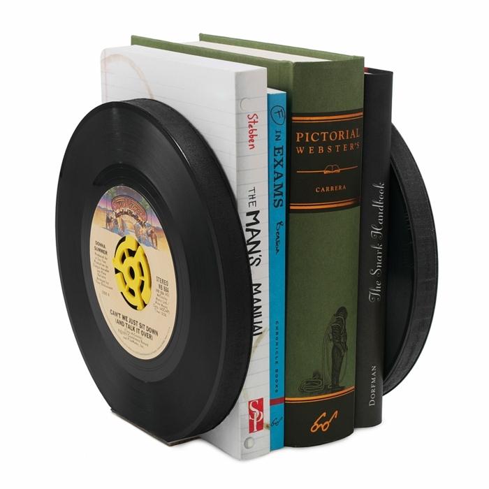 muebles reciclados, estante de libros entre vinilos negros con amarillo