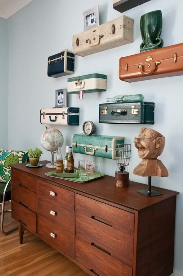 muebles reciclados, maletas recicladas en estanterías vintage, pared azul, armario, globo, botellas y vasos