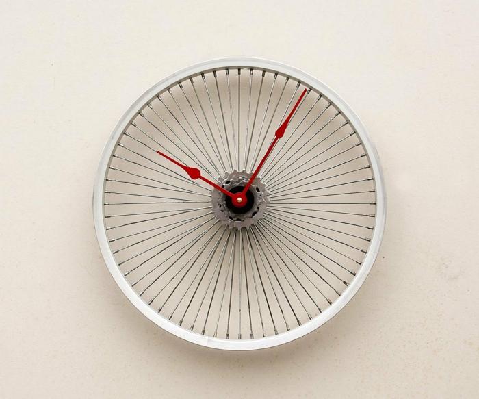 muebles reciclados, llanta de bicicleta reciclada pintada en blanco, reloj de pared, manecillas rojas