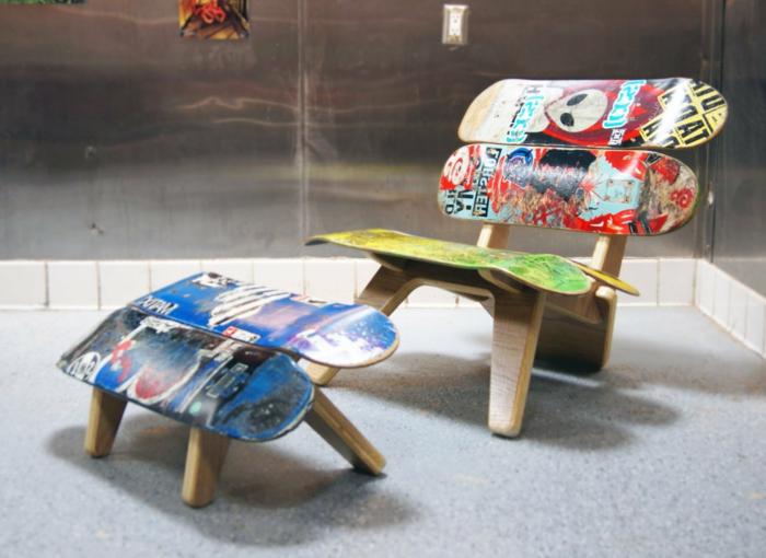 cosas hechas con palets, silla con soporte de piernas de madera y tablas de monopatin