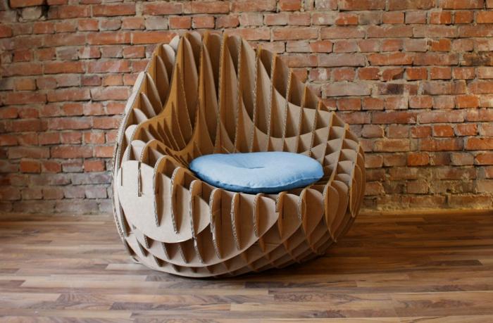 mcomo hacer muebles con palets, pared de ladrillo, suelo laminado, sillón de cartón con cojín azul