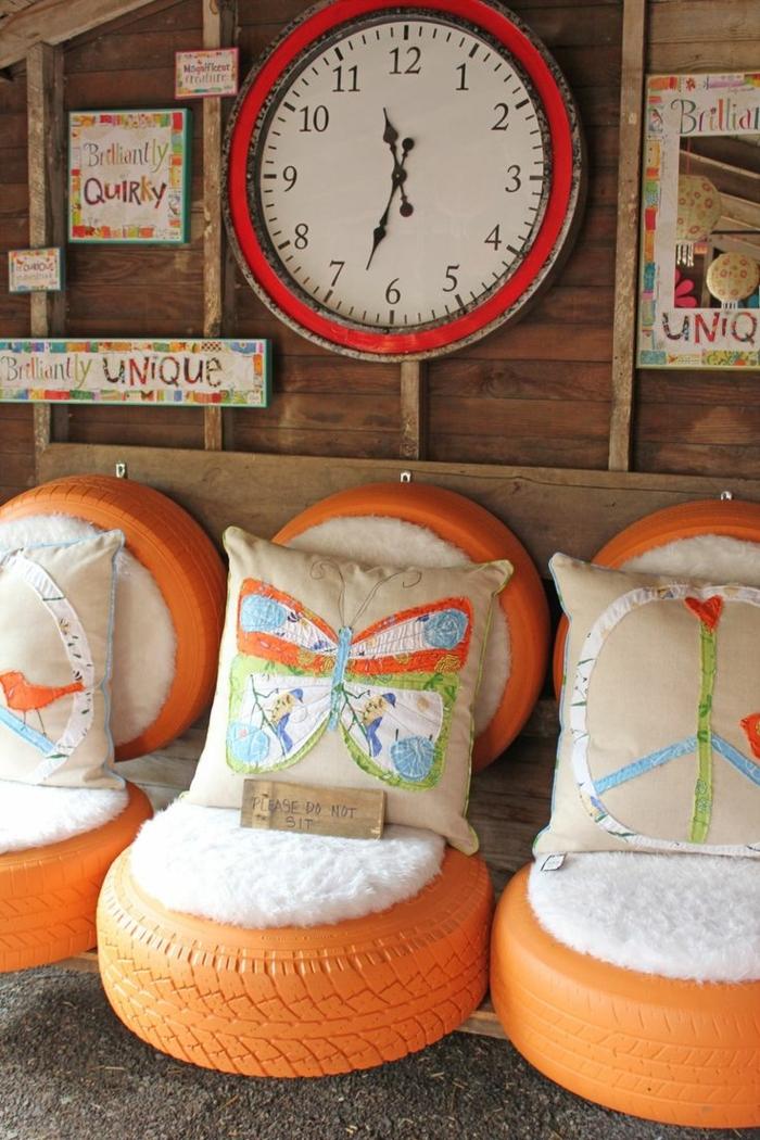 restaurar muebles, otomanas de llantas recicladas pintadas en naranga, cojines con mariposa, reloj en blanco y rojo