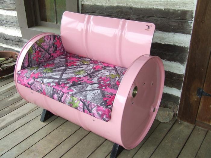 muebles reciclados, sofá revestida hecha de barril de metal en rosa con patas