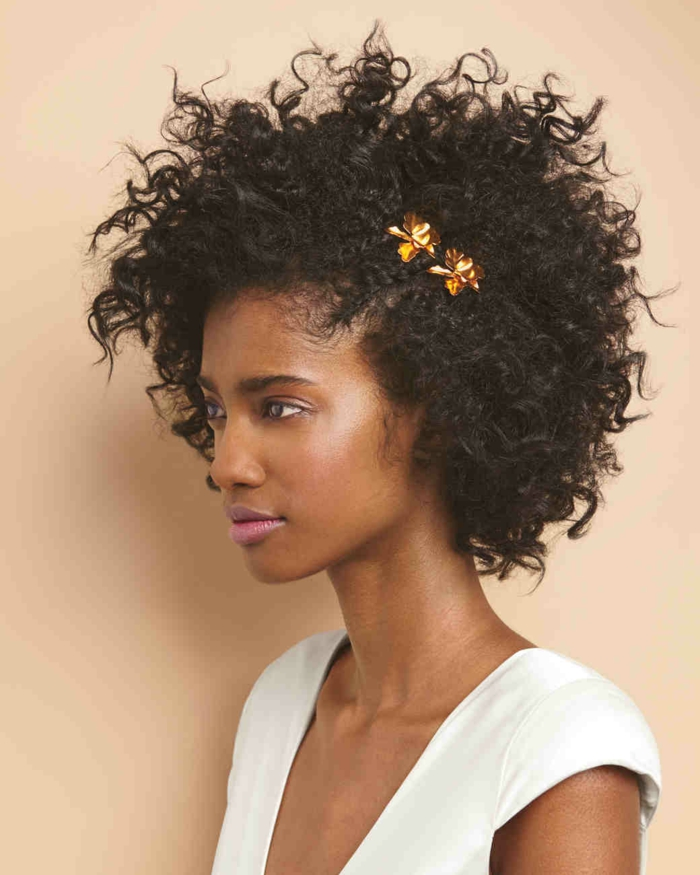 cortes de pelo rizado, mujer de perfil con corte afro corto, horquilla en forma de mariposa