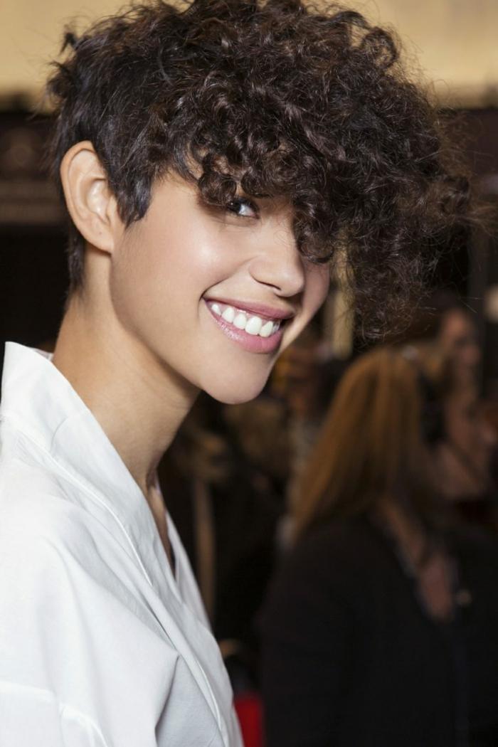 cortes de pelo rizado, mujer con pelo rizado con flequillo voluminoso, corte a lo garcon