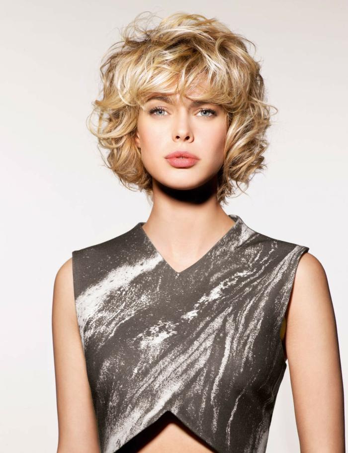 pelo rizado corto, mujer rubia con corte bob y flequillo regular