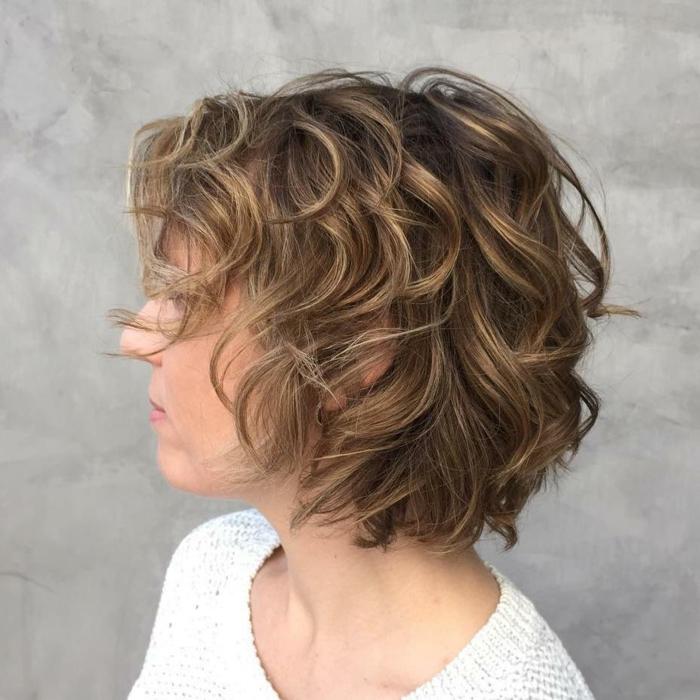 pelo rizado corto, mujer de perfil con corte bob en capas y flequillo ladeado