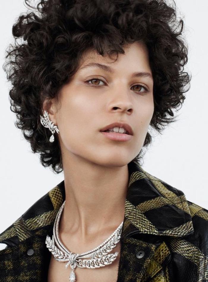pelo corto rizado, mujer con collar y pendientes, pelo corto oscuro con flequillo
