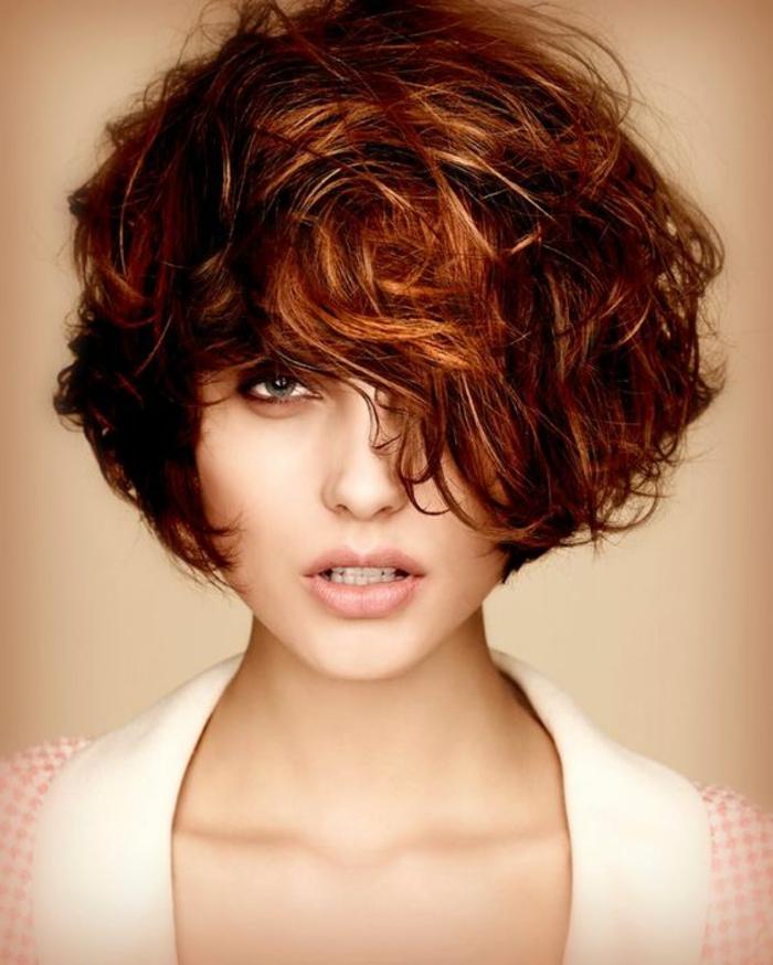 pelo corto rizado, mujer con pelo rojo ondulado, corte bob con flequillo largo ladeado