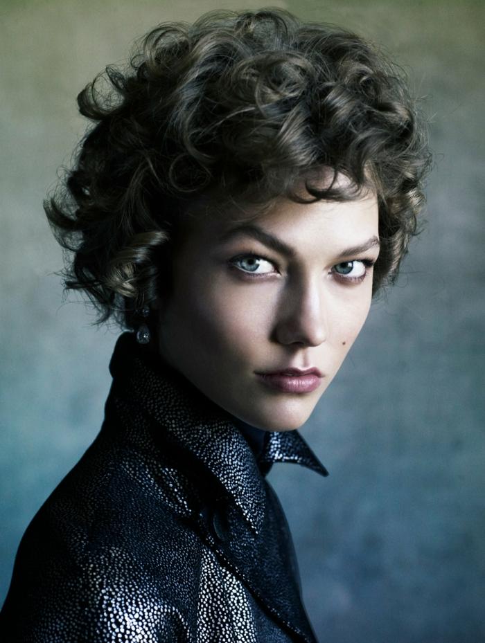 pelo corto rizado, mujer con ojos azules, corte bob corto con flequillo corto ladeado