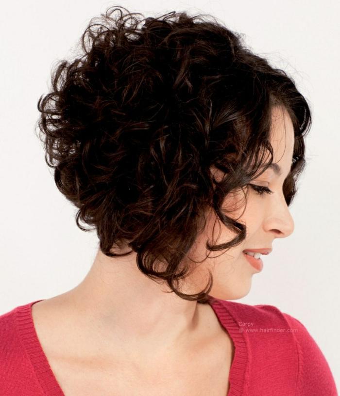 pelo corto rizado, mujer en blusa roja de perfil con cabello rizado corte bob