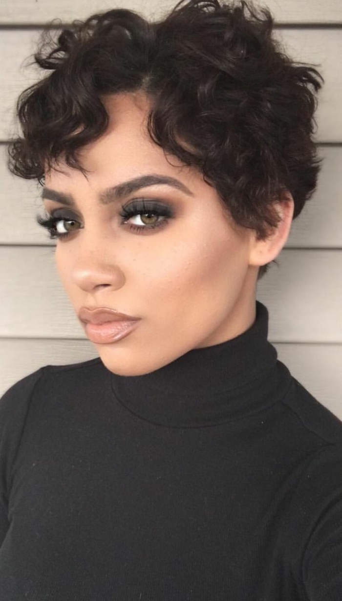 corte de pelo a capas, mujer maquillada, corte a lo gar+on con flequillo y raya ladeada