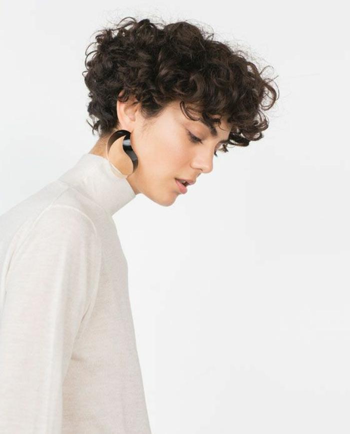 corte de pelo a capas, mujer en blanco de perfil con pendientes, corte a lo garcon con flequillo