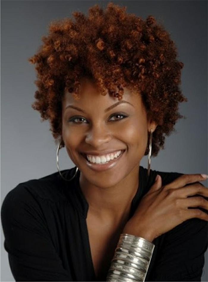 corte de pelo a capas, mujer con cabello afro y corte pixie, pendientes y pulsera