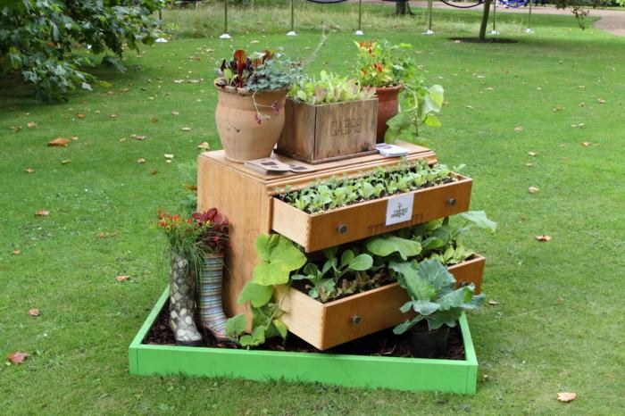 muebles reciclados, comoda con dos cajones hecha macetero para jardín con plantas verdes