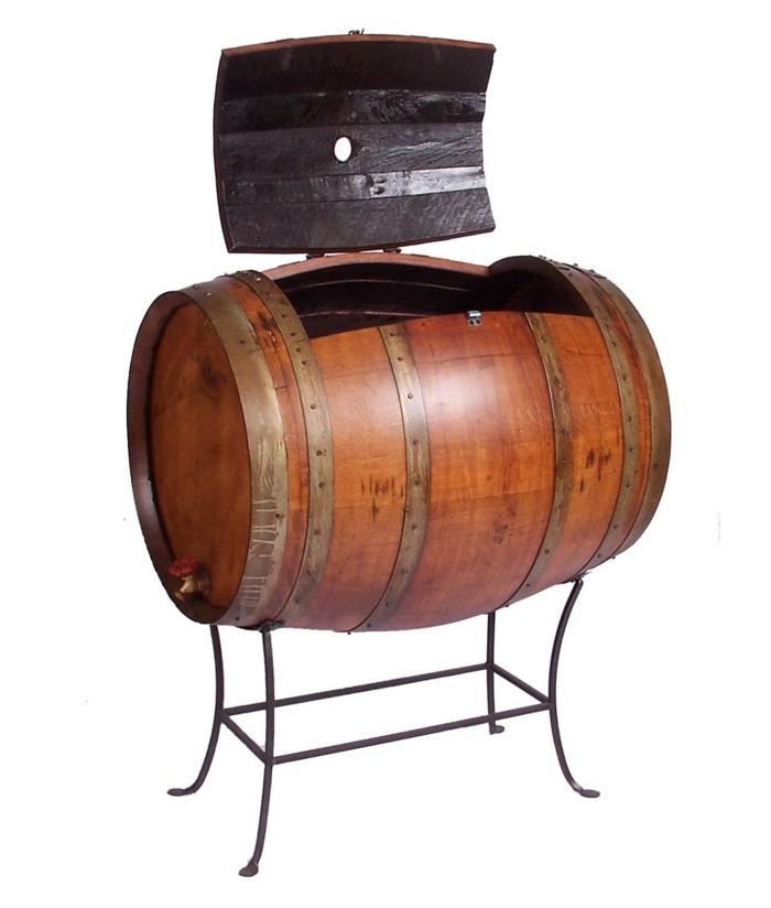 muebles reciclados, barril de madera convertido en caja con tapa y patas de metal